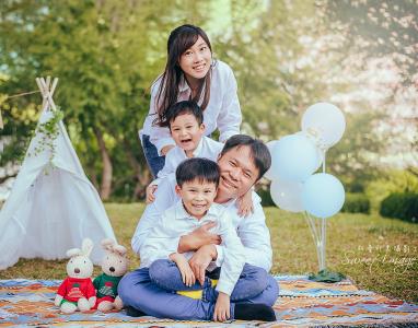 野餐攝影   幸福的一家人- 親密的互動